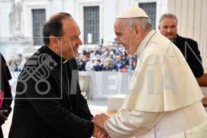 El Obispo D. Juan Carlos saluda al Papa Francisco